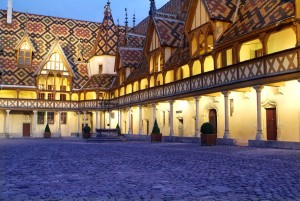 Die farbigen Dächer wie hier beim Hôtel-Dieu in Beaune fanden im Burgund ansehnliche Verbreitung, so dass sie als typisch für diese Region gelten.