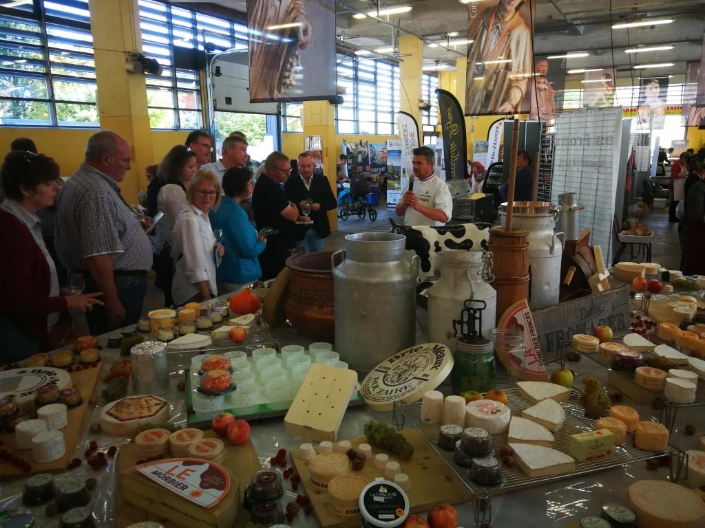 """Gemeinsam wurde in der Markthalle von Nuits – St. Georges die """"fête du fromage"""" eröffnet."""